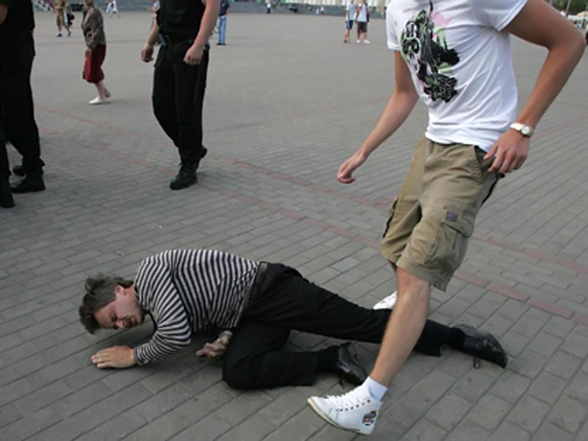 он ловил и избивал ногами